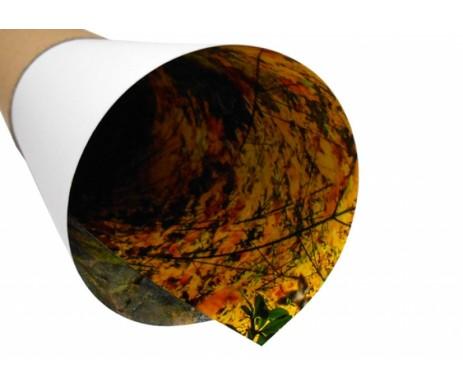 Snímek tisku velkoformátové fotografie s pololesklým saténovým povrchem, která má syté barvy a méně odlesků než lesklý povrch.