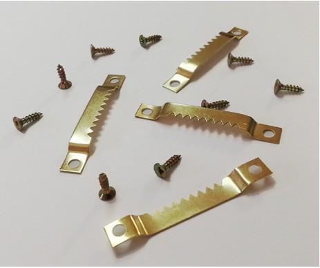 Široký zubatý závěs na obrazy s dvěma otvory pro šroubky, které jsou součástí balení.
