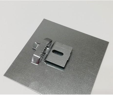 Tento plechový háček slouží k vyrování zavěšeného obrazu či zrcadla na zdi